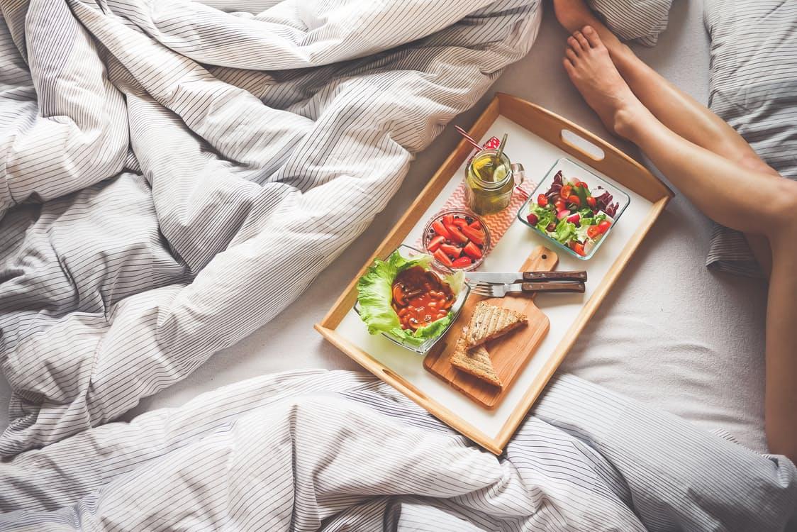 Wat mag je wel, en juist niet, eten voor het slapen gaan?